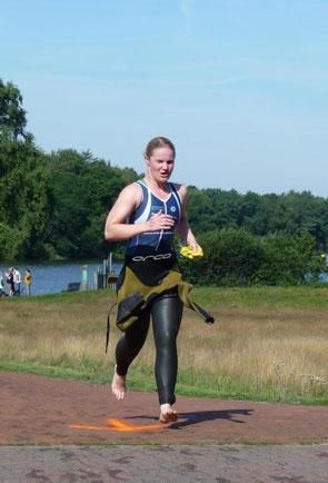Katrin Fronzek nach ihrer Lieblingsdisziplin auf dem Weg zur Wechselzone.