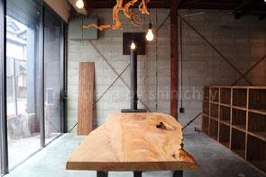 三重の工務店の事務所の無垢板テーブル、薪ストーブ