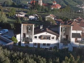 Talstation der Seilbahn Hochmuth in Dorf Tirol Südtirol