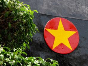immer wieder markant, der fünfzackige Stern von Vietnam