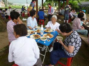 韓国、鳧池1里のケヤキの下で食事をする皆さん。お墓掃除を終えて一族で食事をしているそうです。私もちゃっかり混ぜてもらいました。