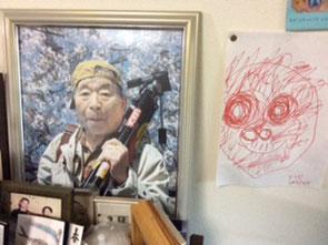 孫の描いたじいじの似顔絵。アヒル口な口元がそっくりです。これも棺に入れてあげました。