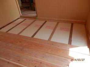 畳下地に断熱材敷きこみの様子。