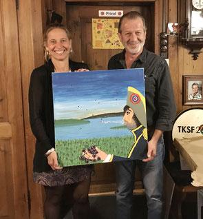 Wir haben wieder ein Bild! Maler und Bildspender Peter Rizzi mit der Siegerin Brigitte Rieger