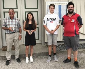 Jugendcup-Siegerin 2019 Eleonora Salloukh, zusammen mit Heinz Nater in Vertretung von Gian Nater links (2.) und Andrin Meier rechts (3.), sowie Leiter Luca Marolf