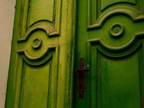 eine grüne Flügeltüre aus der Barockzeit