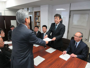 鴨木朗教育長に申入書を手渡す尾村利成党県議団長