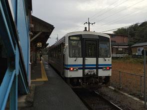江津市駅で出発を待つ三江線のワンマンカー