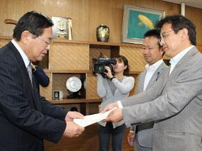 絲原議長(左)に申し入れる(右から)尾村、大国陽介の両氏=8日、松江市
