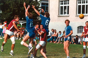 HGB-Legende Daniel «Düfti» Bhend (ganz links) bei einem Spiel im Steindler Unterseen.