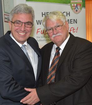 Walter Desch gemeinsam mit Gratulant Innenminister Roger Lewentz Foto: Peter Seydel