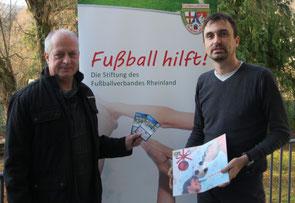 """Gewinner Gerd Czerwinski (links) mit Lars Maylandt, Geschäftsführer der FVR-Stiftung """"Fußball hilft!""""."""