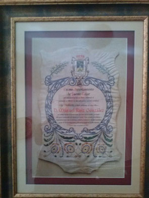 Diploma entregado a la familia