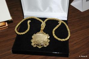 Medalla de oro entregada a los familiares