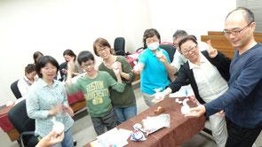 先日のレッスンで、バスボム作りの講座時のメンバー皆さんのステキな笑顔です。