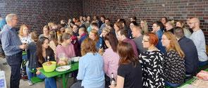 Dr. Jelko Peters begrüßte die Seminarangehörigen am Timmeler Hafen. Foto: Ulrichs