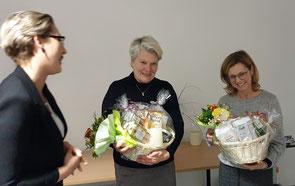 Hanna Krause bedankte bei den Verwaltungsangestellten Claudia Abels und Bärbel Grafenburg (von links). Foto: Ulrichs