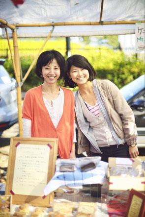 左:増本陽子さん(空間コーディネータ)        右:半田葉子さん(お菓子作家)