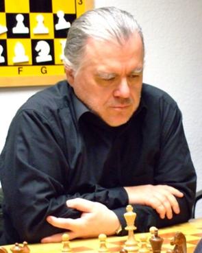 Nach den Erfolgen seiner Mitspieler brachte Wilfried Uhlich die SG Drewer mit 4,5:1,5 in Führung und sicherte den zweiten Mannschaftspunkt (Foto: A. Obdenbusch)