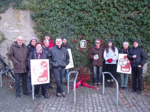 Teilnehmer legten ein Blumengebinde vor dem Bild Karl Liebknechts nieder und mit einem stillen Gedenken endete die Veranstaltung, an der auch Vertreter des Linken Bündnis Haßberge teilnahmen.
