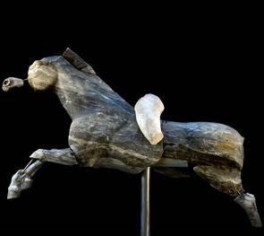 das älteste galoppierende Pferd aus blau-grauem Marmor