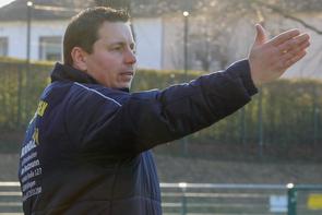 Trainer Benjamin Uhlenbrock wird auch in der kommenden Saison an der Seitenlinie des 1. FC Solingen stehen (Foto: deutzmann.net)