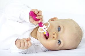 In entspannter Position macht Zähneputzen Ihnen und Ihrem Kind einfach mehr Spaß