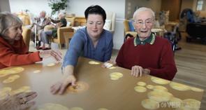 Résidents en Ehpad jouant sur la table magique - Tovertafel