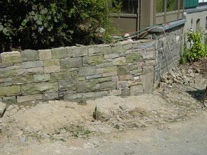 Wiederaufbau einer Trockenmauer.