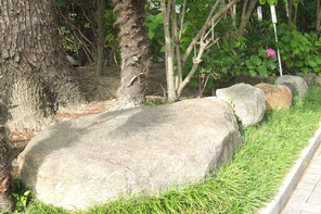 校内には大きな石がたくさんあります