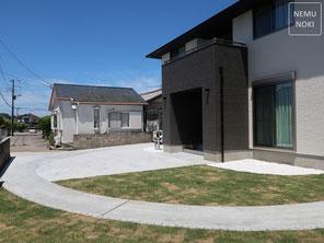 カーポート、バイクガレージ、コンクリート平板、御影石、表札、ポスト、高麗芝、施工例