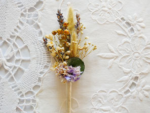 """Boutonnière de fleurs séchées et stabilisées dites """"éternelles"""". Accessoires fleuris pour les mariés et le cortège, faits main en France par La cinquième Saison."""