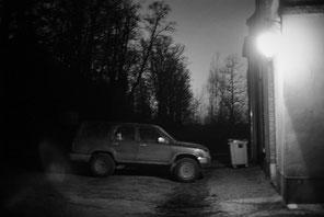 jerome devismes. une voiture qui rentre de la chasse de nuit dans un parc