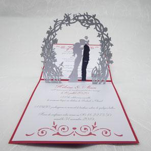 Faire-part Mariage pop-up Mariés sous une arche fleurie rouge et argent