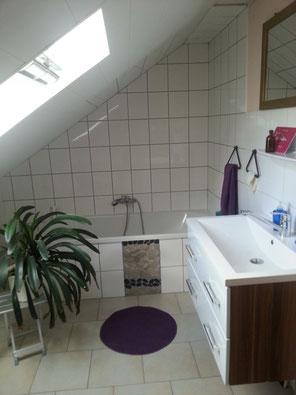 Badezimmer mit Wanne in Ferienwohnung, Fewo, in Hessen bei Kassel ohne WLAN, funkfrei