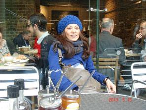 妹様が待つパリへユーロスターで出発される奥様を、セントパンクラス駅までお送り。 チェックインまでの待ち時間、カフェでコーヒー。 あと10分でお別れ。