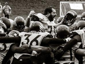 Huddle equipo tackle sénior fútbol americano Santiago Black Ravens
