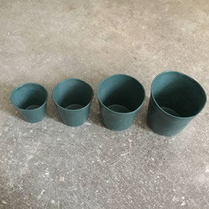 Tasses en porcelaine vert bouteille. 4 tailles. Atelier de céramique Brigitte Morel Paris