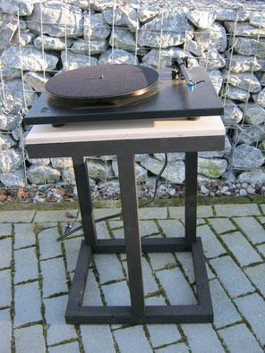 Ein Rack für Schallplattenspieler aus Holz aller höchster Güte.