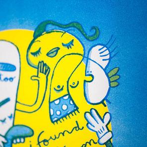 gezeichnete Kreaturen auf blau gelb – Risographie Druck