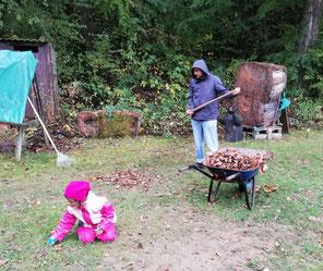Zwei Bogenschützen entfernen Laub von der Bogenwiese