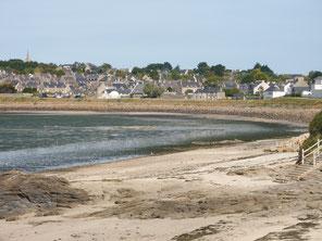 Vue sur la plage de Rocher Plat (1er plan) et le village historique de Saint-Jacut de la Mer (arrière plan). 2018- Collection personnelle
