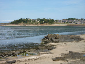 Vue sur la plage de Rocher Plat (1er plan), le village historique de Saint Jacut de la mer, la plage de la Banche et la pointe du Béchet (en arrière plan). 2018- Collection personnelle