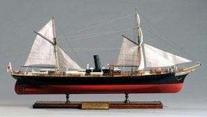 赤道達也さんの「明治丸」。現在、東京海洋大学(旧東京商船大学)の構内に保存されているがその姿は改造後。作品は1874年ネピア造船所(英国)で建造されたときのトップスルスクーナの姿を再現したもの。
