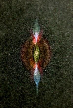 上下に反対方向に伸びる光と中心で開く光。アートの写真画像です。色鉛筆画をもとに色を反転させて画像です。with 青木せい子