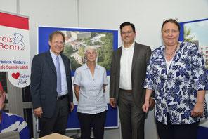 Am 26.07.2016 wurde der Erbpachtvertrag für das Baugrundstück unterschrieben. v.l.n.r. Lutz Hennenmann (Vorsitzender Förderkreis Bonn e.V.), Günther Lukossek (Vertreter des Landes NRW), Jan Henneman (Das Familienhaus gGmbH, Geschäftsführer)