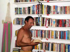 Javier vor den Büchern zum Tauschen