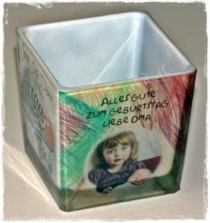 Glas-Windlicht mit einem Foto des Kindes und einem selbstgemalten Bild