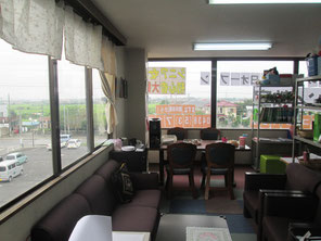 教室は3Fで展望が良い。休憩スペースもたっぷり、コーヒーお菓子食べ放題
