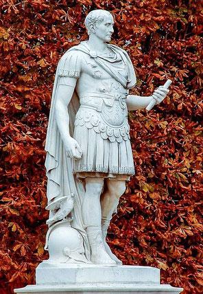 Le nom de la Dynastie des Julio-claudiens provient de Jules César (49-44 av J-C), général, stratège et homme politique sous la République romaine qui est nommé dictateur à vie peu de temps avant sa mort (assassiné par une conspiration de sénateurs).